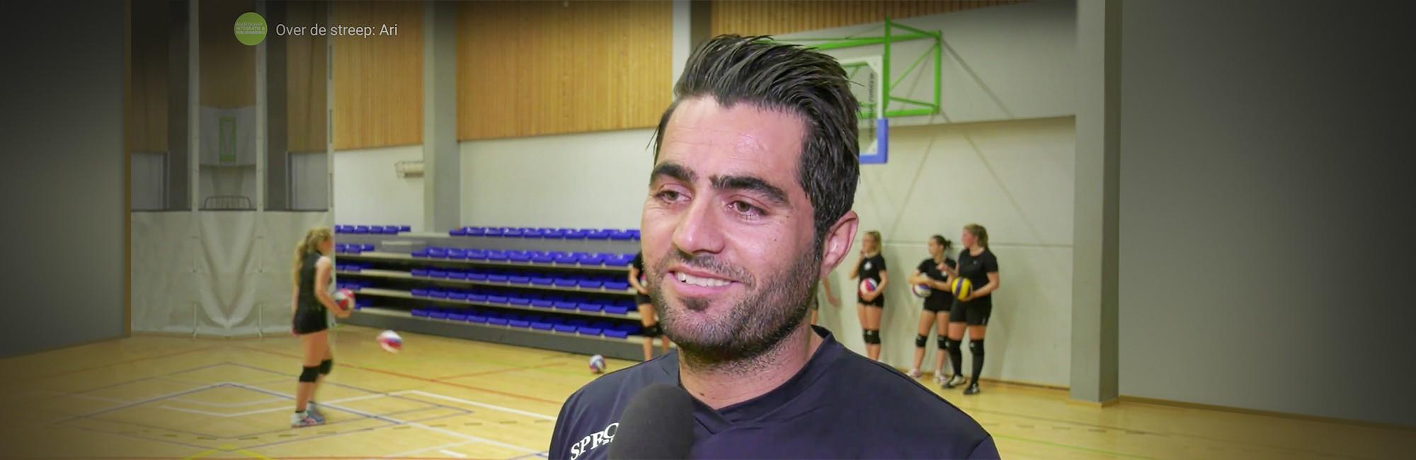 Foto van Ari. Hij oefent Nederlands als coach van een volleybalclub.