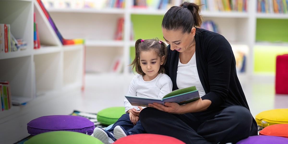 Foto. Vrouw leest voor aan kind.